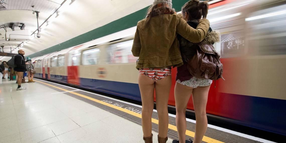 Женская попка в метро