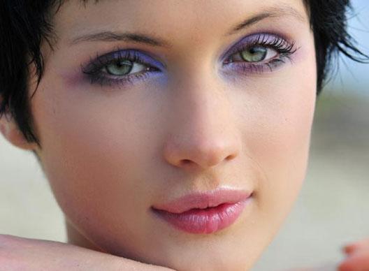 Дневной яркий макияж для зелёных глаз и тёмных волос