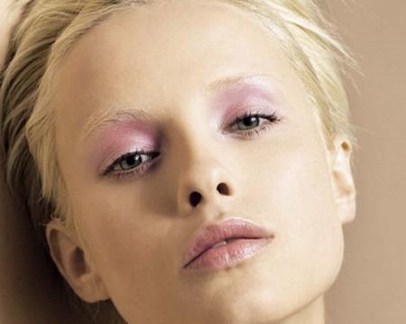 Дневной макияж для серых глаз в светло-сиреневой гамме