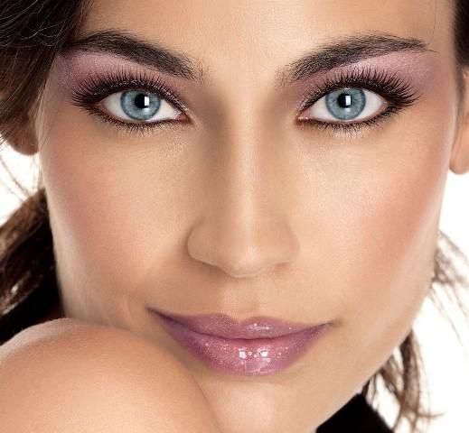 Яркий макияж для голубых глаз и тёмных волос