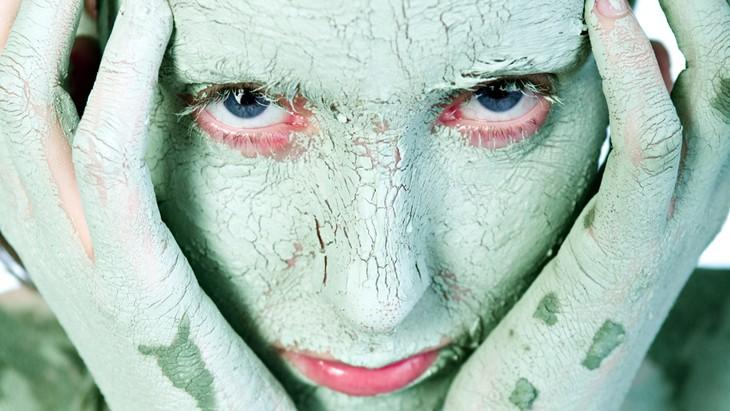 Голубая глина для лица: свойства и польза