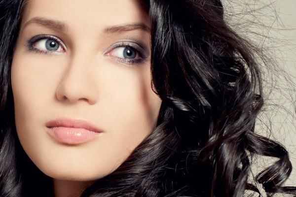 Макияж для девушки с серыми глазами с использованием серых теней