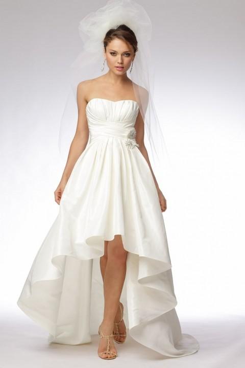 короткое свадебное платье с короткой юбкой спереди