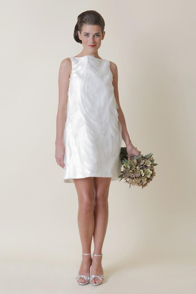 Прямое короткое свадебное платье фото