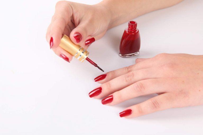 Красить ногти лаком в домашних условиях