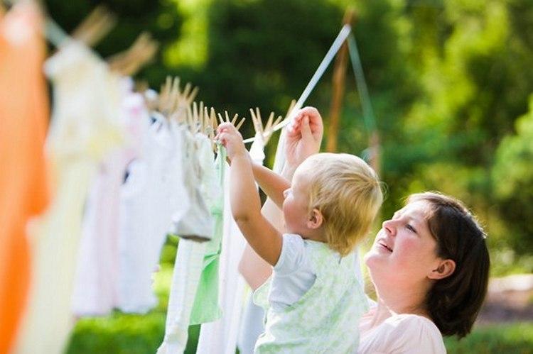 Как вывести старые пятна с белой и цветной одежды в домашних условиях