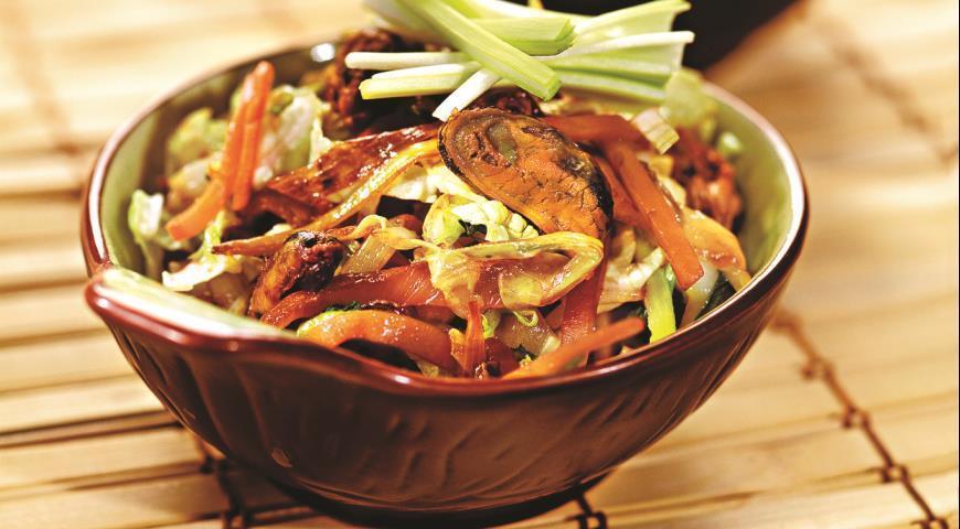 Салат с мидиями в масле, креветками и кальмарами: рецепт, фото, видео
