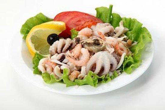 Вкусный салат из морского коктейля с креветками и кальмарами - рецепт и фото