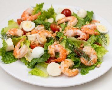 Салат с креветками вкусный - рецепт, фото, видео. Салат Цезарь, с красной икрой, с кальмарами, ананасом и авокадо