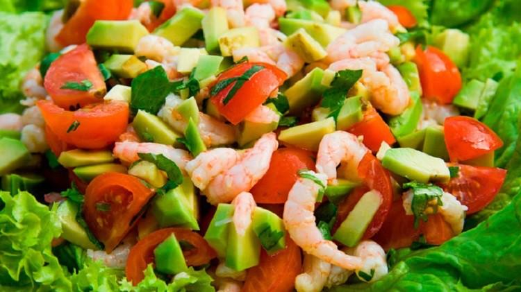 Салат с креветками. ананасом и авокадо