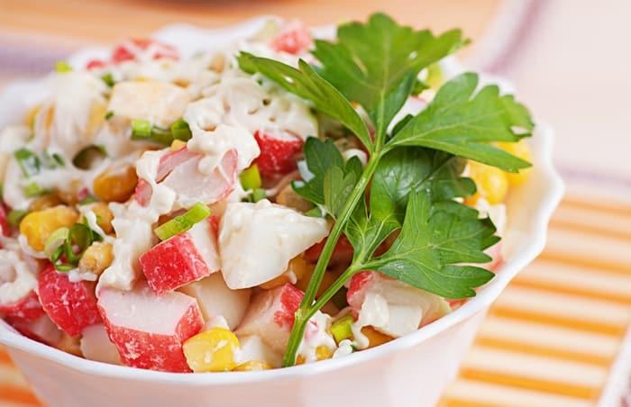 Крабовый салат с крабовыми палочками, огурцом и кукурузой