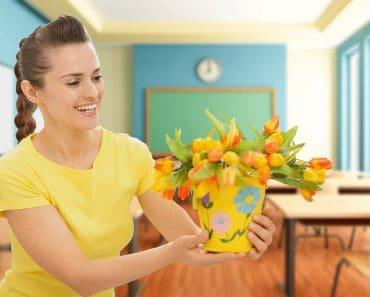 Подарок учителю или преподавателю на 8 марта: что подарить и как поздравить