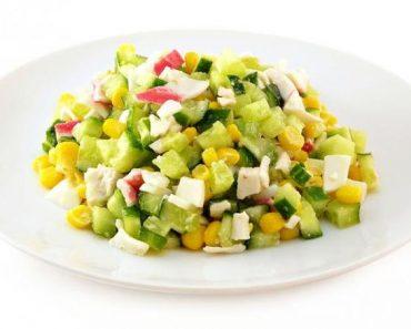 Крабовый салат классический и вкусный с крабовыми палочками, мясом краба, кукурузой, рисом, капустой и огурцом. Рецепт, фото, видео