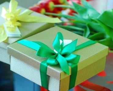 Подарок воспитателю детского сада на 8 марта от родителей: какой выбрать