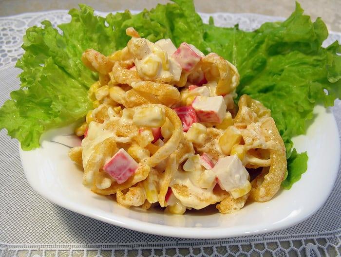 Быстрый салат с крабовыми палочками и чипсами
