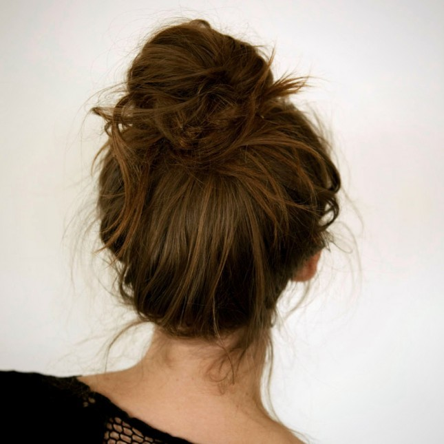 Прическа пучок из волос небрежный