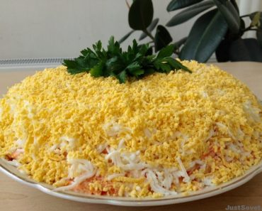 """Салат """"Мимоза"""" классический с консервой и сыром. Рецепт пошагово в домашних условиях, фото, видео"""
