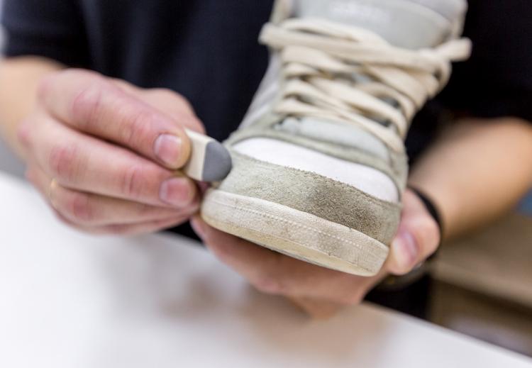 Как отбелить пожелтевшую подошву обуви