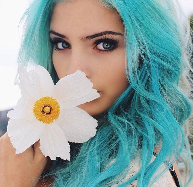 Голубой цвет волос светлого и серого оттенка с голубыми глазами и светлой кожей