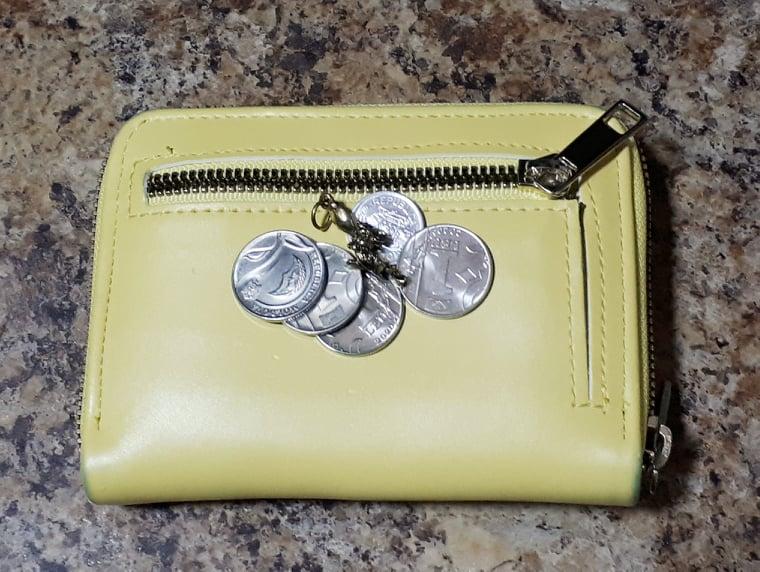 Желтый кошелек с монетами