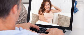 Парень с ноутбуком смотрит на девушку