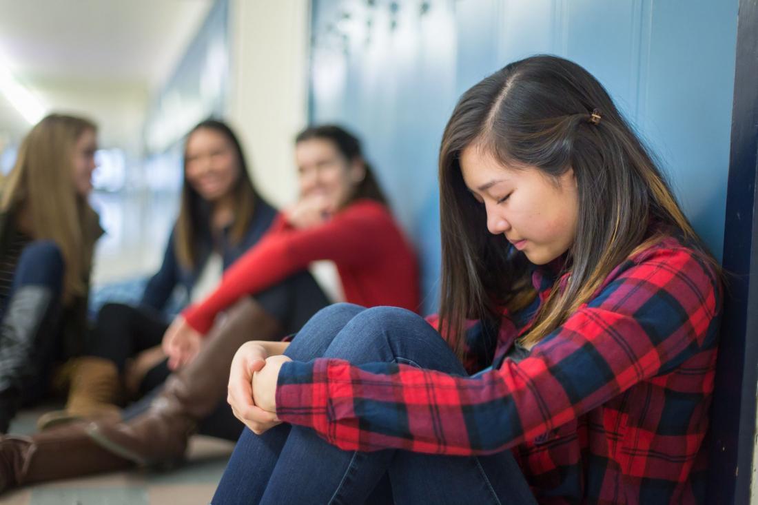 Школьный коридор, грустная девочка