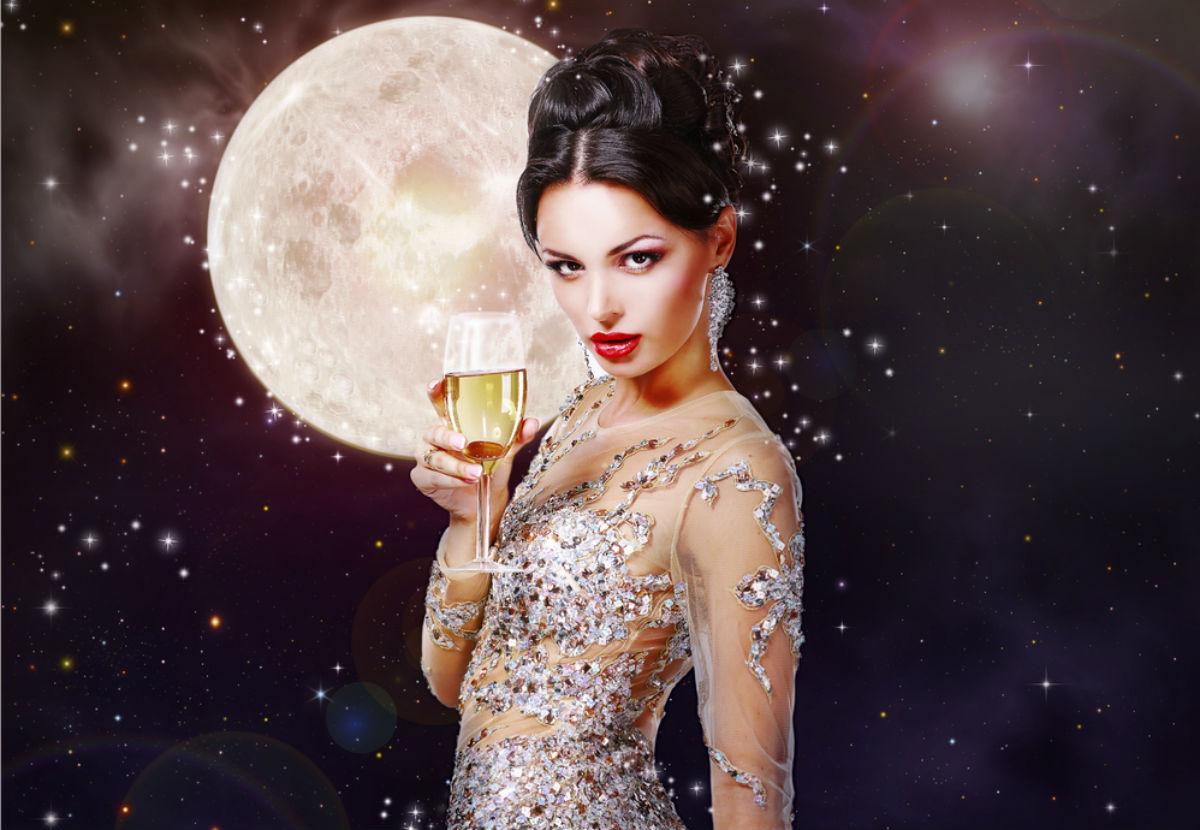 Гламурная девушка с бокалом шампанского