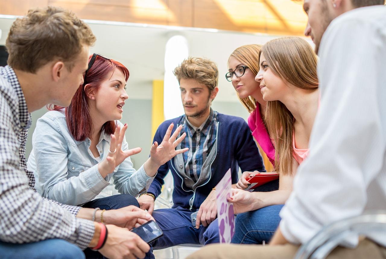 молодежная компания, парни и девушки общаются