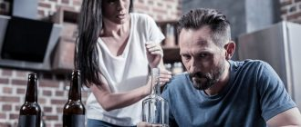 мужчина пьет, женщина останавливает