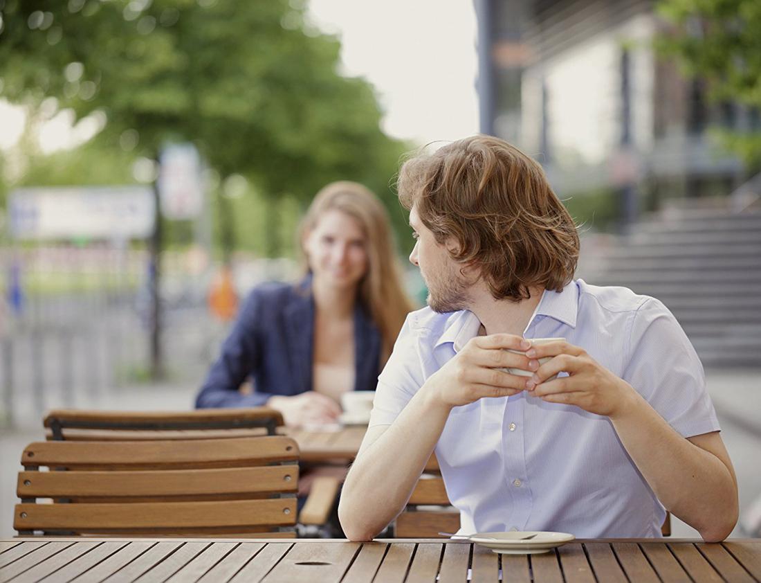 мужчина сморит на девушку