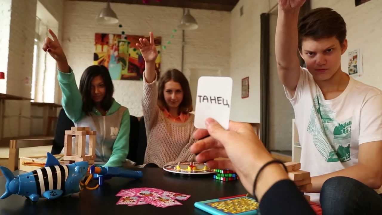 Молодые люди играют в фанты