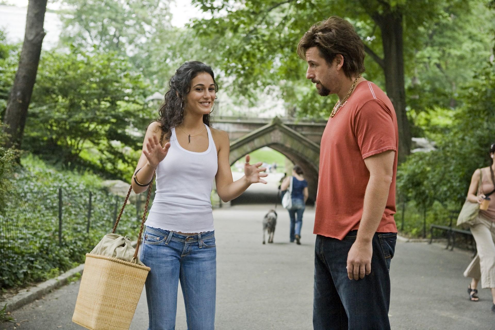 Девушка говорит с парнем на улице