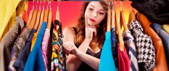 Девушка у гардероба выбирает платье