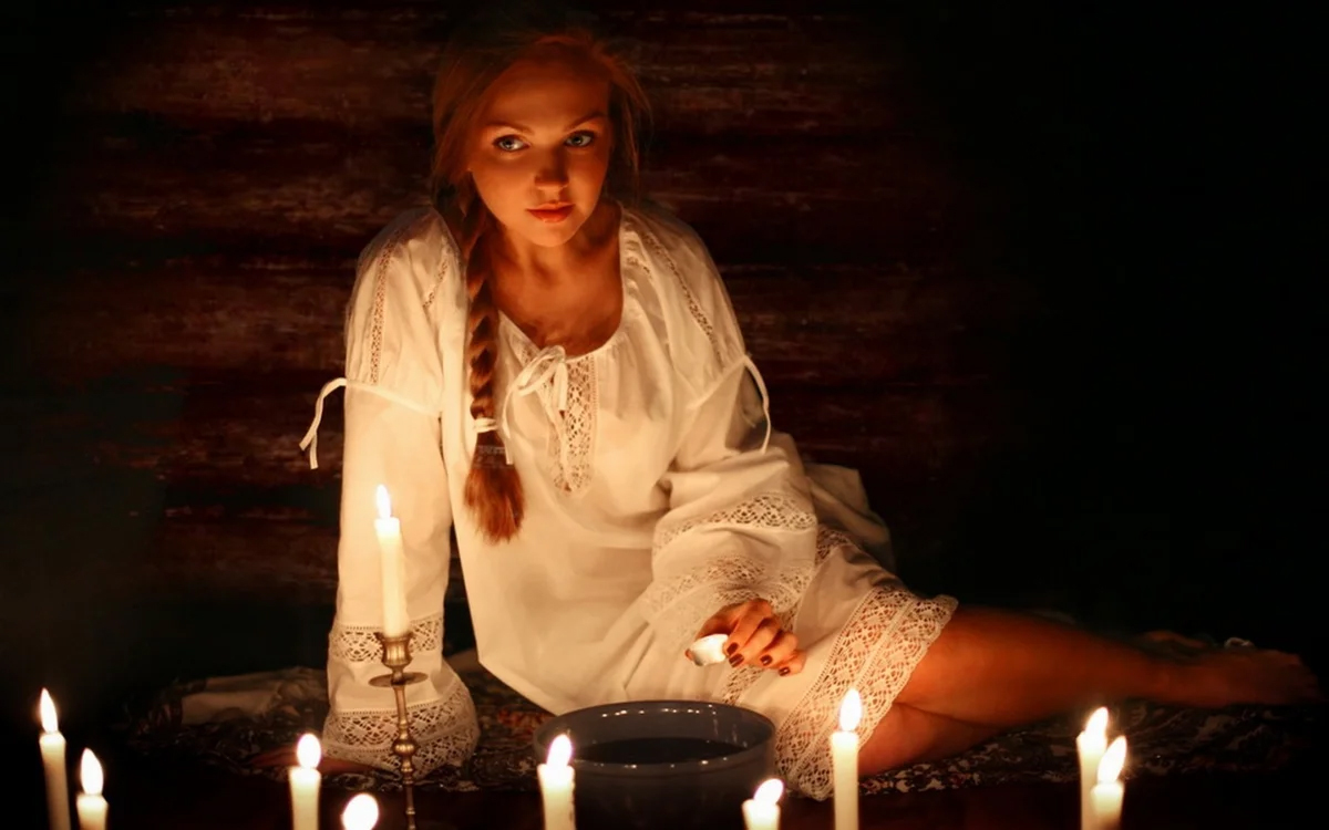 девушка гадает при свечах