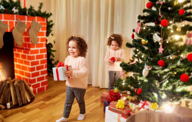 Новый год, дети с подарками