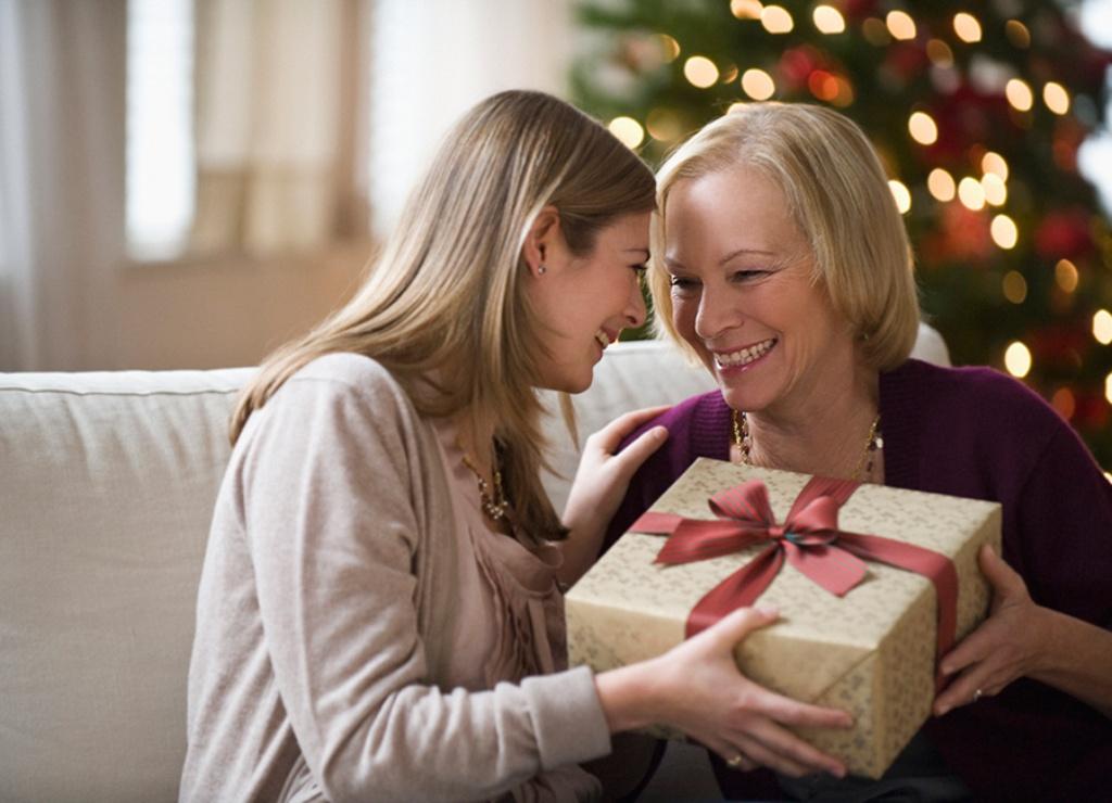 Взрослая женщина с подарком на новый год