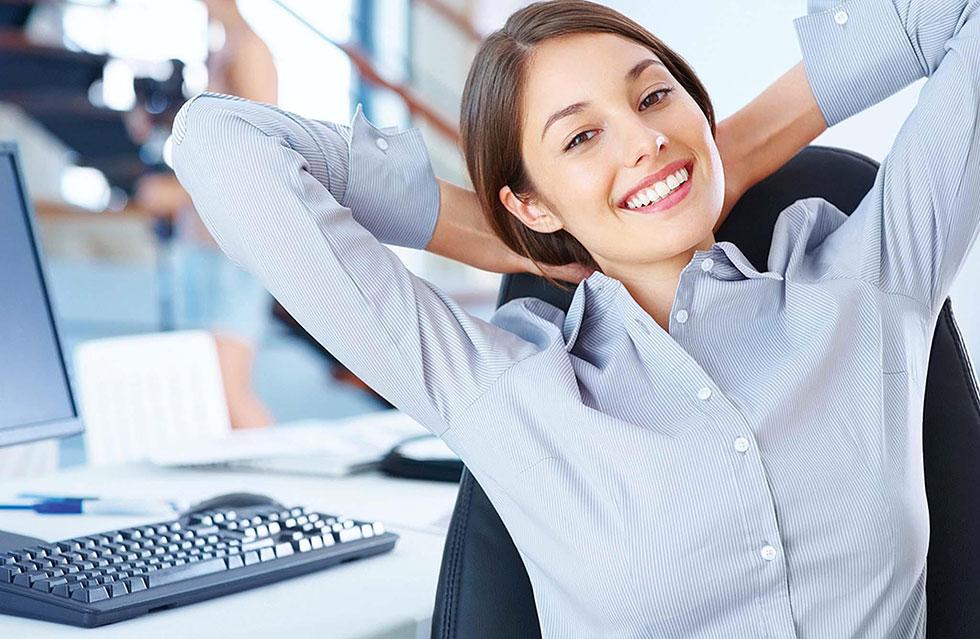 Девушка в офисе улыбается