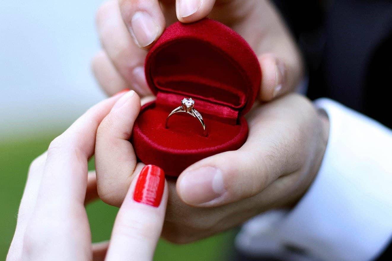 помолвочное кольцо в коробочке парень дарит девушке