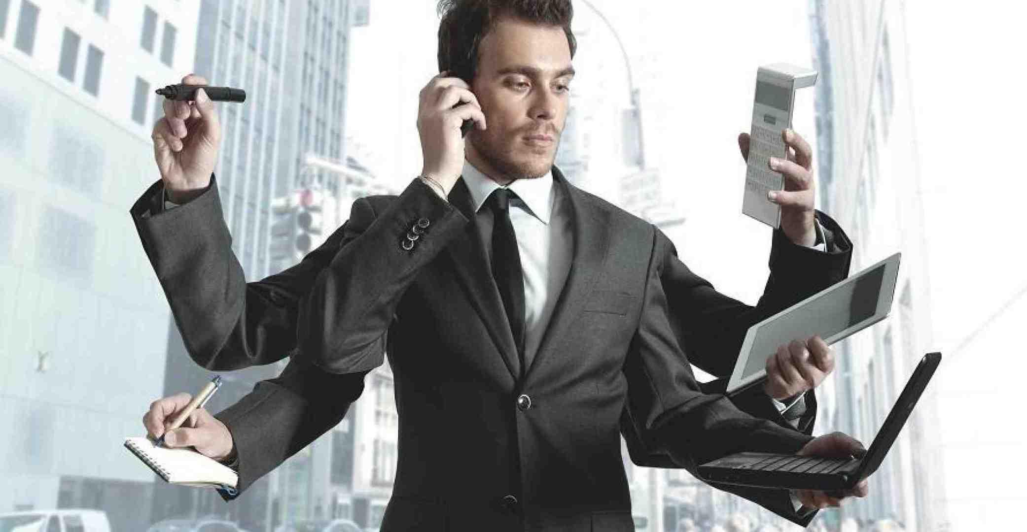 Мужчина с множеством рук и телефонами