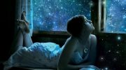 Девушка в окно смотрит на луну