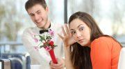 девушка отказывает парню, не берет у него цветы