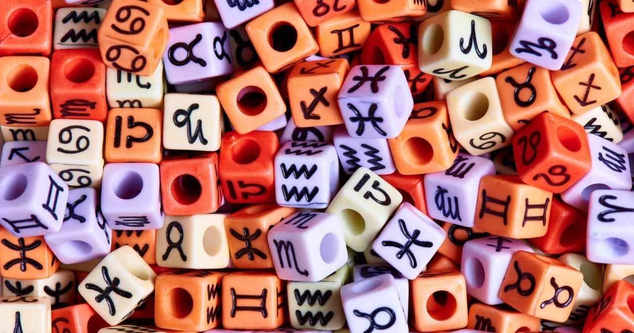 разноцветные кубики со знаками зодиака