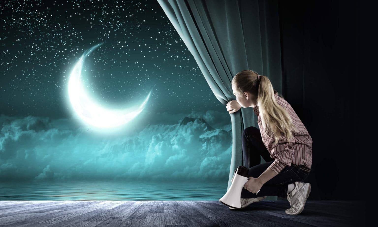 Девочка, луна видна в окно