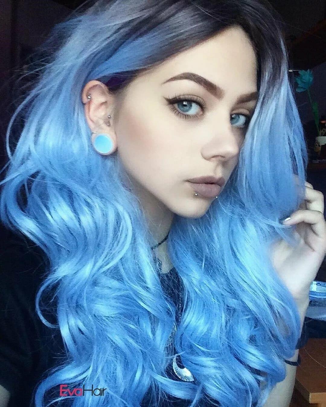 Голубые волосы, светлые глаза