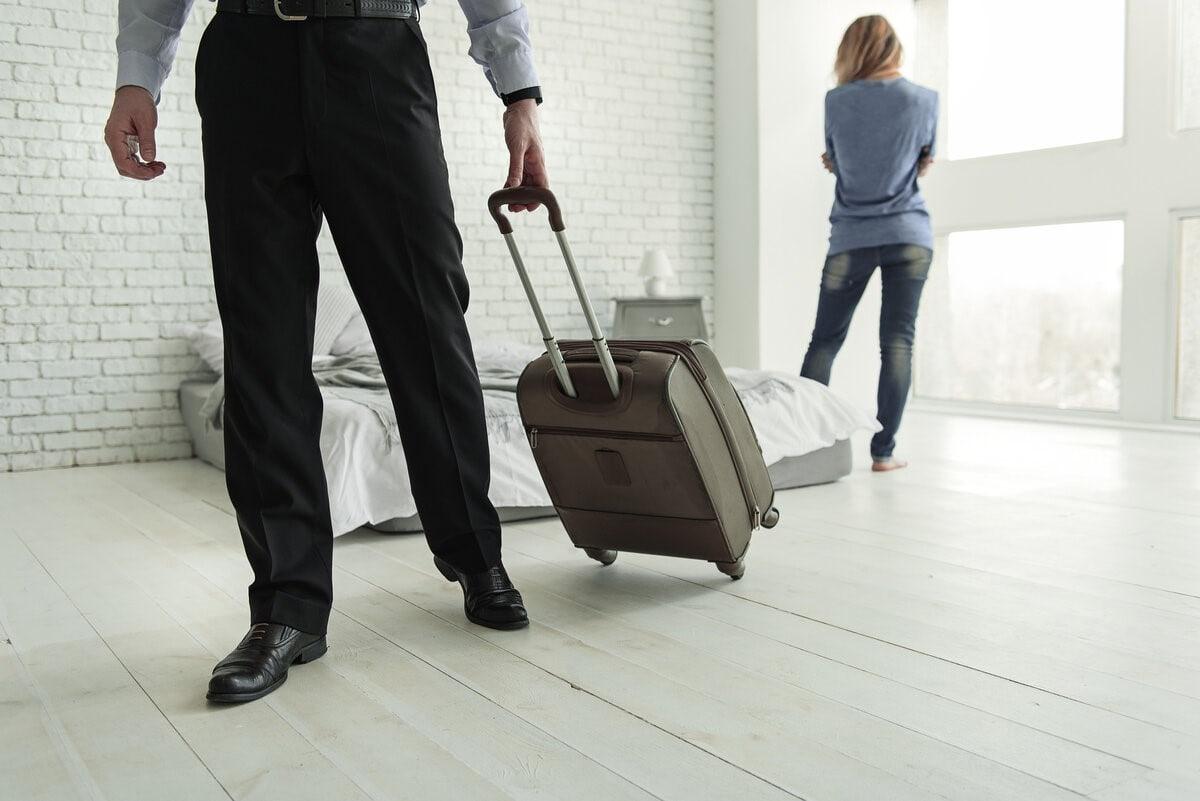 мужчина уходит с чемоданом