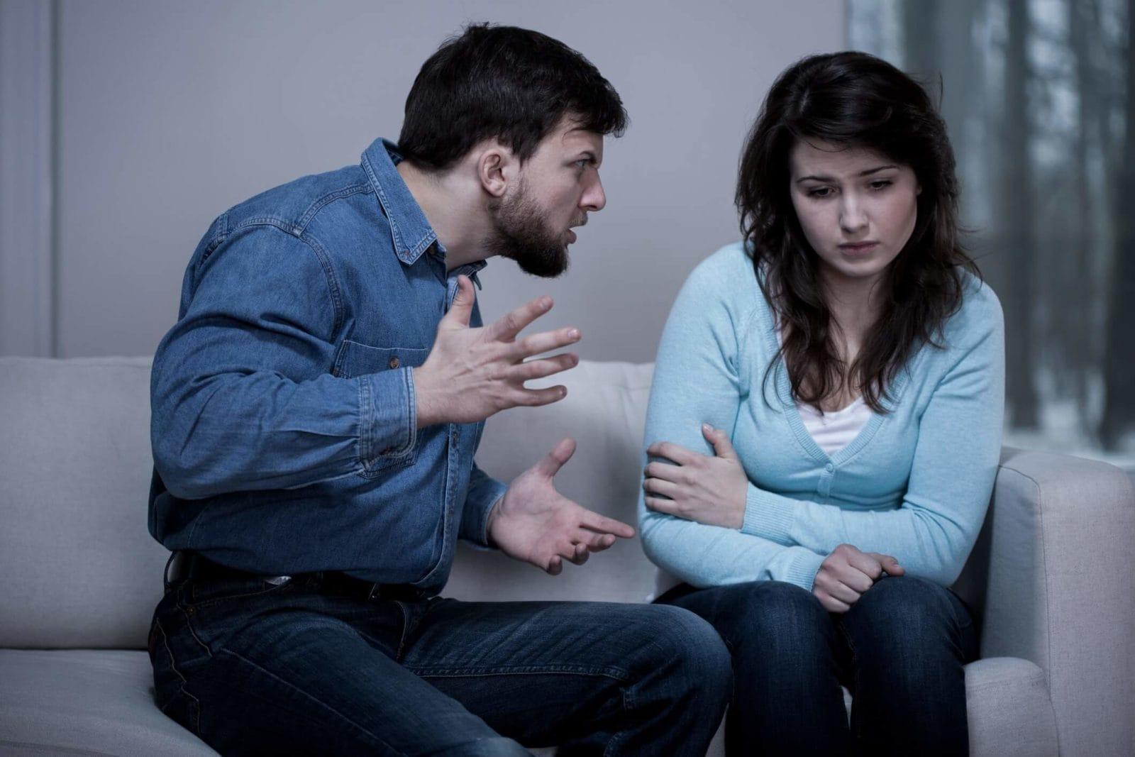 мужчина и женщина ругаются
