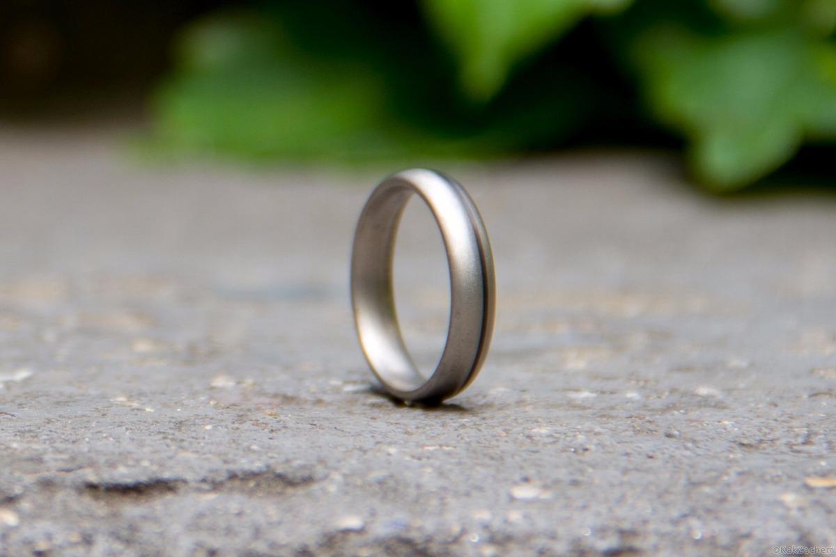 кольцо катится по дороге