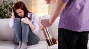 мужчина пьяный, женщина плачет