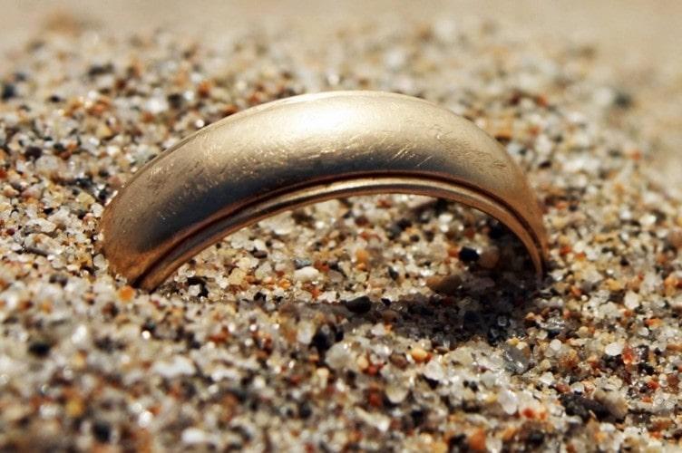кольцо в песке