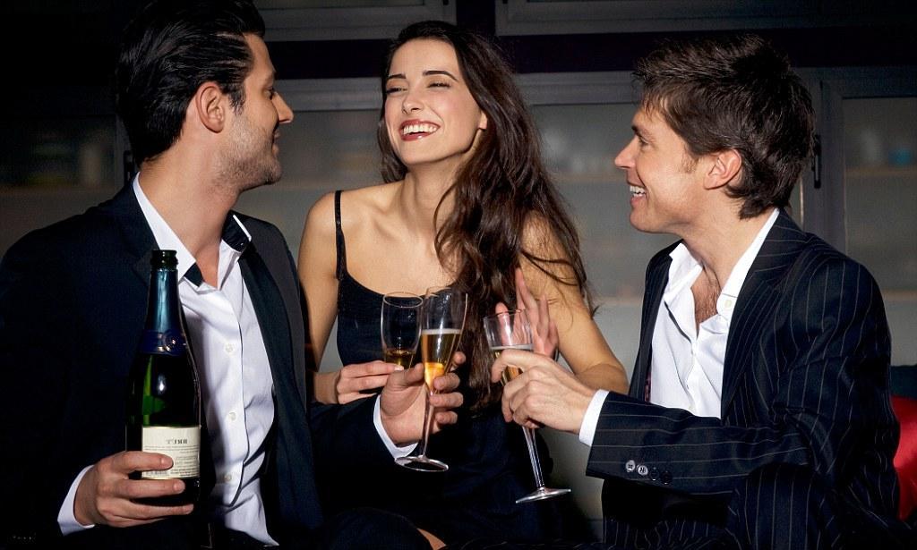 женщина, шампанское и двое мужчин